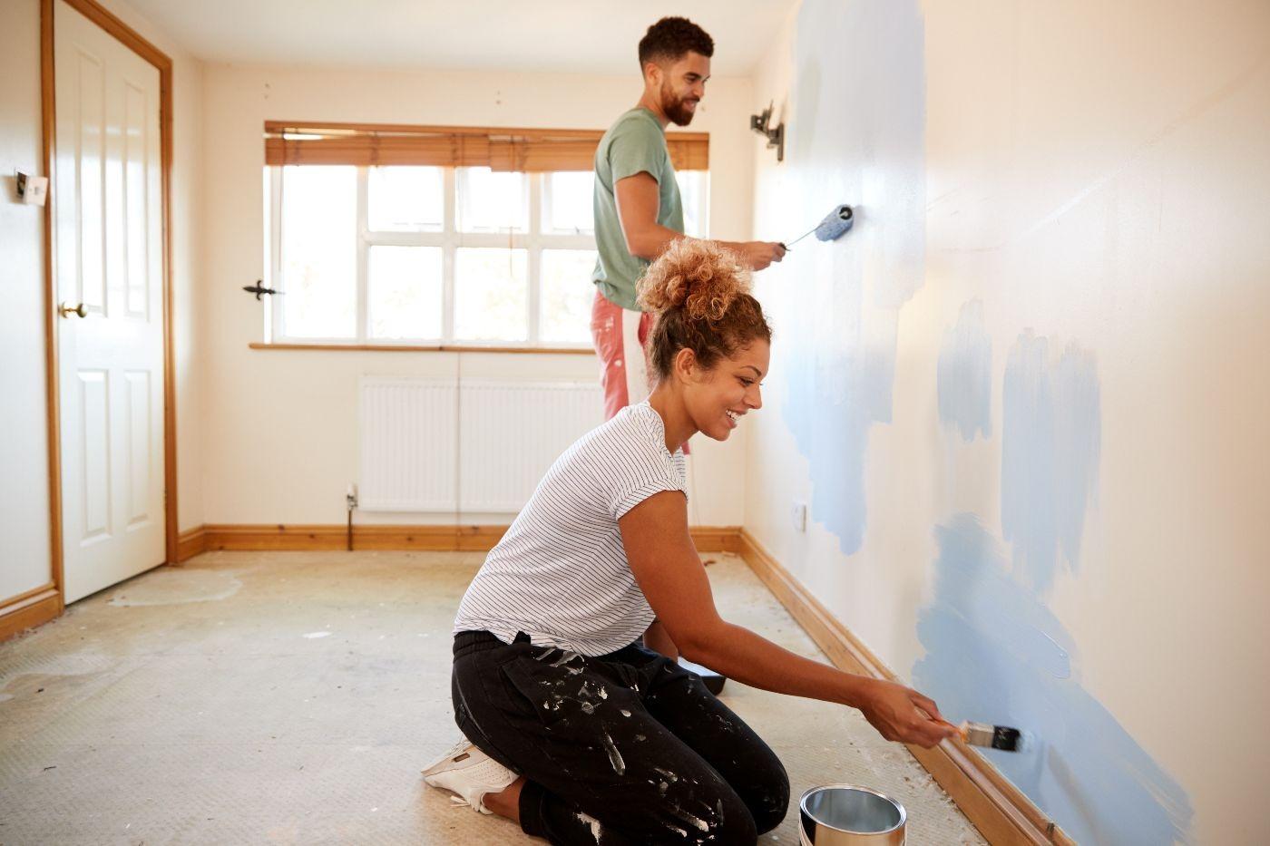couple peignant un mur